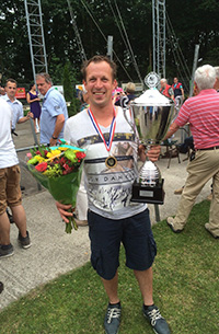 John van Iersel met de kampioensbeker in zijn hand.  Hij mag zich voor 1 jaar: Nederlands Kampioen (Opgelegd) noemen.