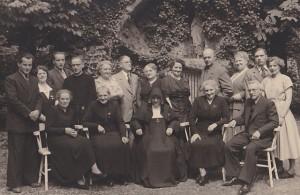 Opname uit 1952 bij het klooster van het Doofstommeninstituut te Sint-Michielsgestel ter gelegenheid van het 50-jarig kloosterfeest van zuster Chrystoma (Gerda) Mutsaers.