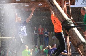 Terwijl de nummers 1, 2 en 3 op de achtergrond gehuldigd worden, proberen andere deelnemers op de voorgrond hun bandje veilig naar de finish te brengen.